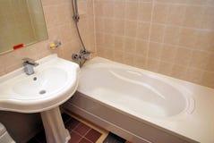 Badewannen- und Wäschebassin Stockbild