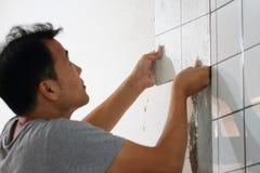 Badezimmer deckt Erneuerung mit Ziegeln lizenzfreie stockfotos