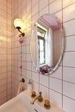 Badezimmer in der klassischen Art, im Spiegel und in der Wanne lizenzfreie stockfotografie