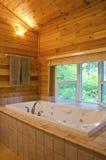 Badezimmer in einer Kabine im Holz stockfotos