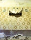 Badezimmer in einer verlassenen Schule Stockfotos