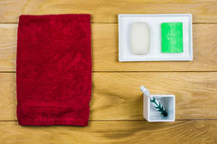 Badezimmer eingestellt auf hölzernen Hintergrund Stockbild