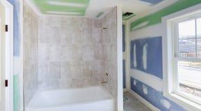 Badezimmer gestalten weiterkommt, während die Trockenmauer glatt gemacht wird um und bedecken Nähte und Schrauben mit Band lizenzfreies stockfoto