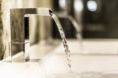 Badezimmer-Hahn im modernen Badezimmer Stockfotografie