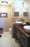 Badezimmer mit antikem Kabinett Stockbild