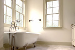 Badezimmer mit clawfoot Wanne Stockbild