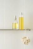 Badezimmer mit dem Duschen der Produkte Stockfotografie