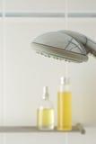 Badezimmer mit dem Duschen der Produkte Lizenzfreies Stockbild