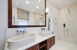 Badezimmer mit doppeltem Handwäschebassin Lizenzfreie Stockbilder