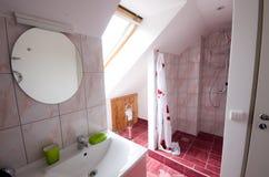Badezimmer mit Dusche Stockfoto