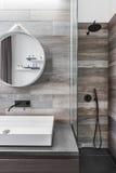 Badezimmer mit Dusche lizenzfreie stockbilder