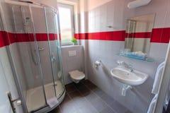 Badezimmer mit Dusche und Fenster Stockfoto