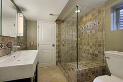 Badezimmer mit Glasdusche Stockbilder