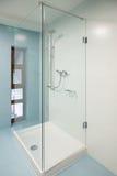 Badezimmer mit Glasduschewanne Lizenzfreies Stockbild