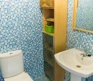 Badezimmer mit Wanne und Spiegel stockfoto