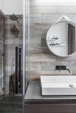Badezimmer mit Weg in der Dusche lizenzfreie stockfotos