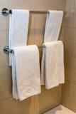 Badezimmer-Tücher - weiße Tücher auf einem Aufhänger Lizenzfreie Stockfotografie