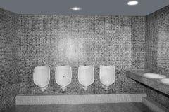 Badezimmer Urinal in einer Reihe mit grauen Fliesen lizenzfreie stockfotos