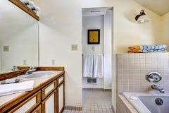 Badezimmereitelkeitskabinett mit brauner Ordnung und großem Spiegel Stockfoto