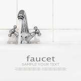Badezimmerhahn mit fließendem Wasser auf einem hellen Hintergrund Lizenzfreie Stockbilder