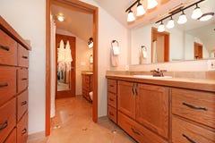 Badezimmerinnenraum im Blockhaushaus Lizenzfreies Stockfoto