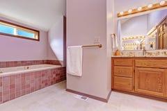 Badezimmerinnenraum im hellrosa Ton Stockfotografie