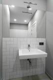 Badezimmerinnenraum mit einem Waschbecken, einer Wanne und einem Spiegel Stockfoto