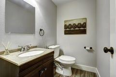 Badezimmerinnenraum mit Eitelkeitskabinett Stockfotos