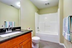 Badezimmerinnenraum mit Fliesenboden- und Minzenwänden Stockfotos