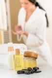 Badezimmerkarosseriensorgfaltprodukt- und -tuchnahaufnahme Stockfoto