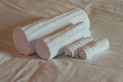 Badezimmertücher auf Bettlaken Lizenzfreies Stockbild