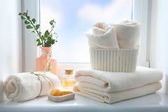 Badezimmertücher und leeren Raumhintergrund, Duscheinzelteile einseifen lizenzfreie stockfotografie