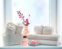 Badezimmertücher und leeren Raumhintergrund, Duscheinzelteile einseifen lizenzfreie stockbilder