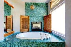 Badezimmertürkisfliesen-Wandordnung mit Kamin Stockbilder