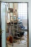 Badezimmerverbesserung mit unordentlicher Unordnung lizenzfreie stockfotos