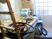 Badezimmerverbesserung mit unordentlicher Unordnung Stockbild