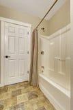 Badezimmerwanne mit abgestreiften Vorhängen Stockfotos