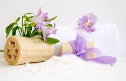 Badezimmerzubehör, luvt, Alstroemeriablume, handgemachte Seife Lizenzfreies Stockfoto