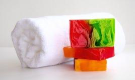 Badezimmerzubehör, luvt, Alstroemeriablume, handgemachte Seife Stockfotografie