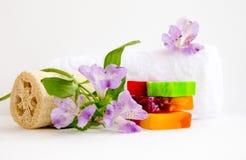 Badezimmerzubehör, luvt, Alstroemeriablume, handgemachte Seife Lizenzfreies Stockbild