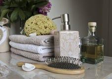 Badezimmerzubehör und Verwöhnen Stockfotografie