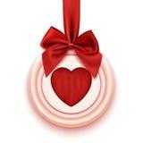 Badge con el corazón, la cinta roja y el arco, aislados encendido Imagen de archivo libre de regalías