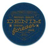 Badge con los remaches y las palabras bordados en fondo del tejano azul oscuro Fotos de archivo