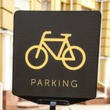 Badge le stationnement pour des bicyclettes dans les rues de la ville Photographie stock libre de droits
