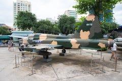 Badge mit einem Adler, der eine Klinge, ein Schild und ein Militärflugzeug anhält Stockfotos