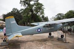 Badge mit einem Adler, der eine Klinge, ein Schild und ein Militärflugzeug anhält Lizenzfreies Stockfoto