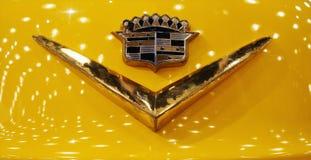 Badge sur le capot de Cadillac de 1953 images libres de droits