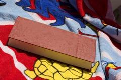 Badhanddoek en boek Stock Foto