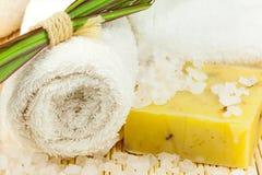 Badhanddoek met overzees zout op de mat stock foto's