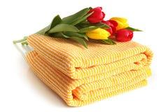 Badhanddoek met verse tulpen Stock Foto